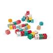 Слика на 40 дрвени коцки со букви и бројки.